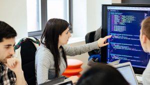Con gái tự học và làm lập trình